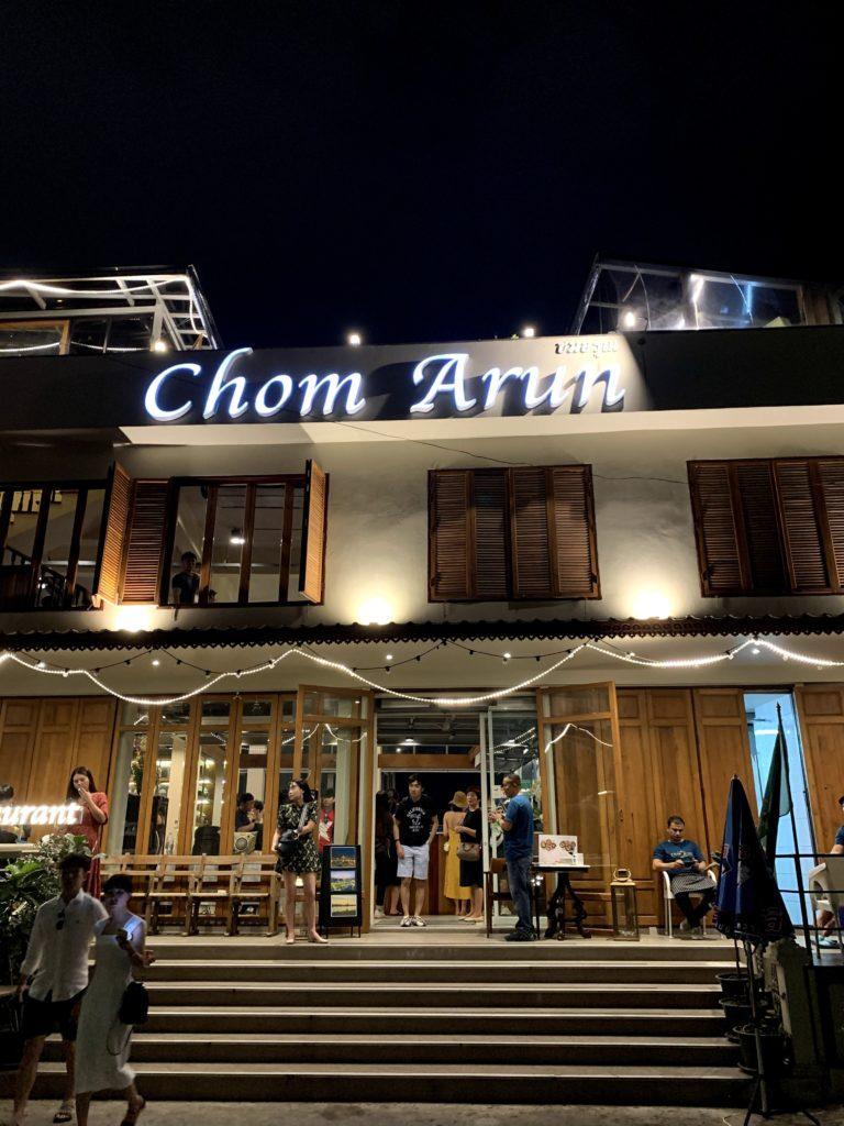 チャオプラヤー川沿いのルーフトップからワット・アルンを眺められるロケーション抜群なレストラン