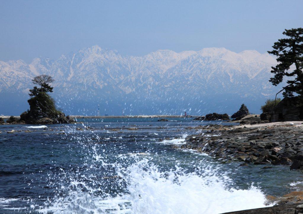 富山湾越しに3000m級の立山連峰が望める「雨晴(あまはらし)海岸」