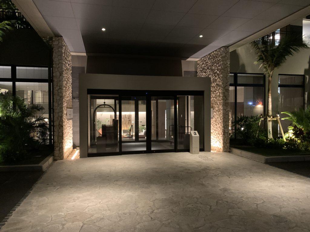 ホテル入口からチェックイン2