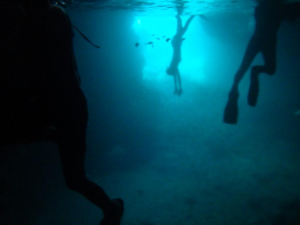 シュノーケリングで青の洞窟の中へ2