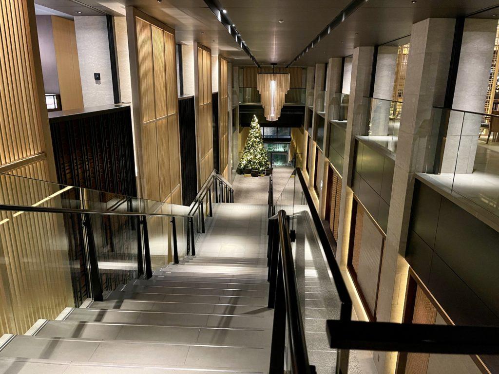 ザ・リッツ・カールトン京都の吹抜け階段