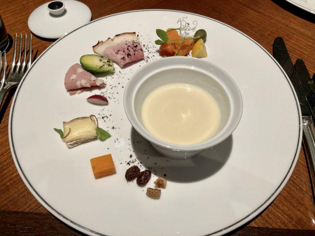 リッツカールトン京都の朝食は前菜の盛り合わせとスープ