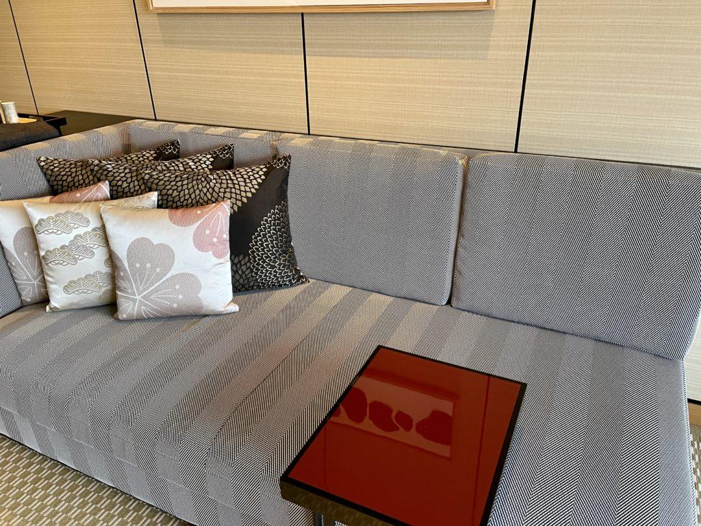 リッツ・カールトン京都の客室のソファ