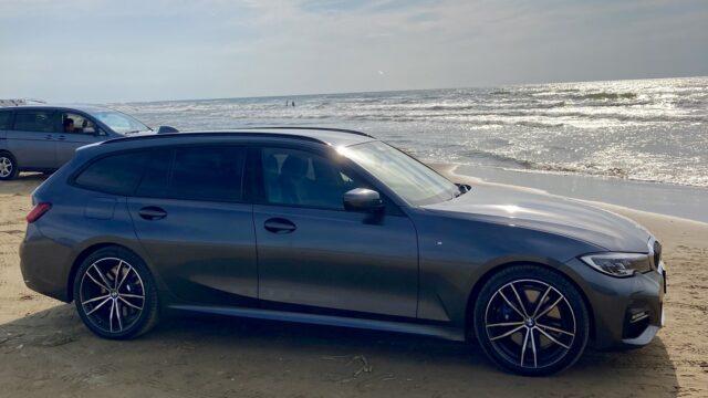 砂浜のBMW320dツーリング
