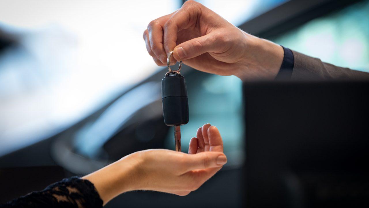 車を売りたい人にキーを渡す