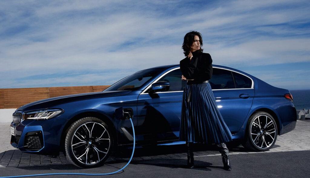 BMW530eと女性