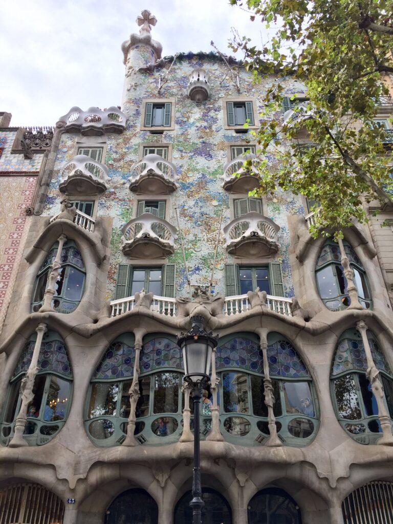 バルセロナで楽しめるガウディ建築5選カサ・バトリョ1