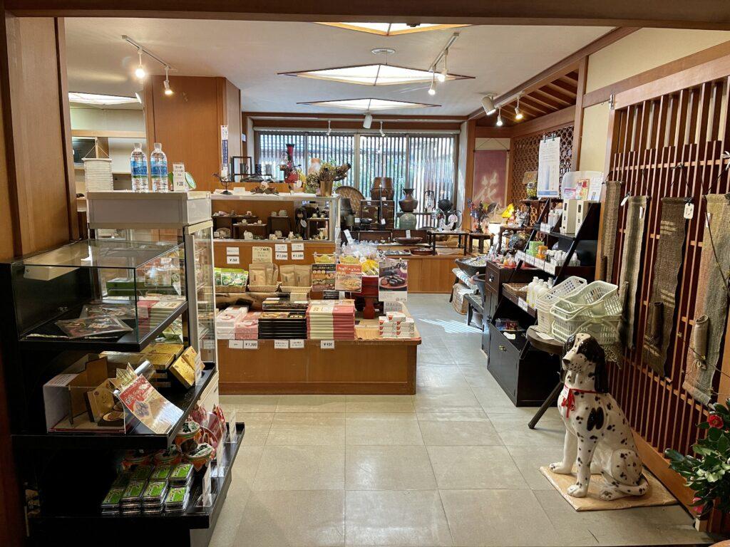 嵯峨沢館へ到着!広いロビー横の売店