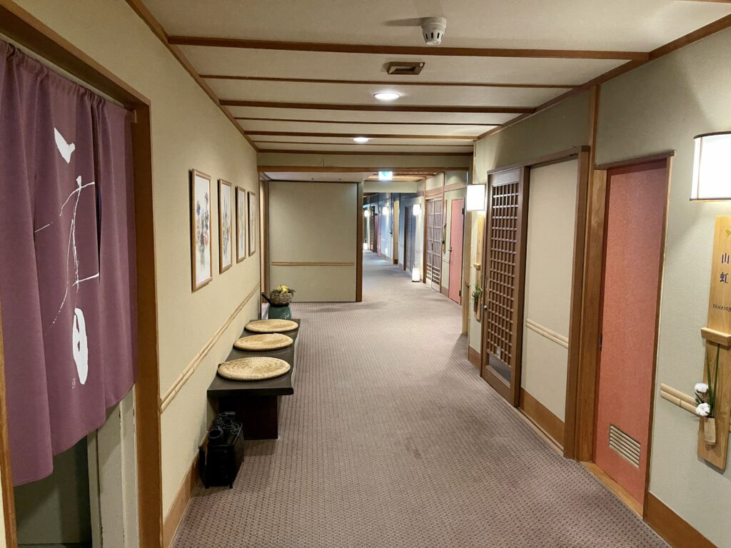 嵯峨沢館 客室へ向かう廊下1