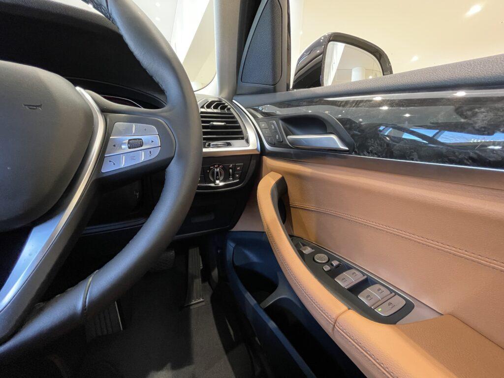 BMW X3の運転席ドアトリム周り