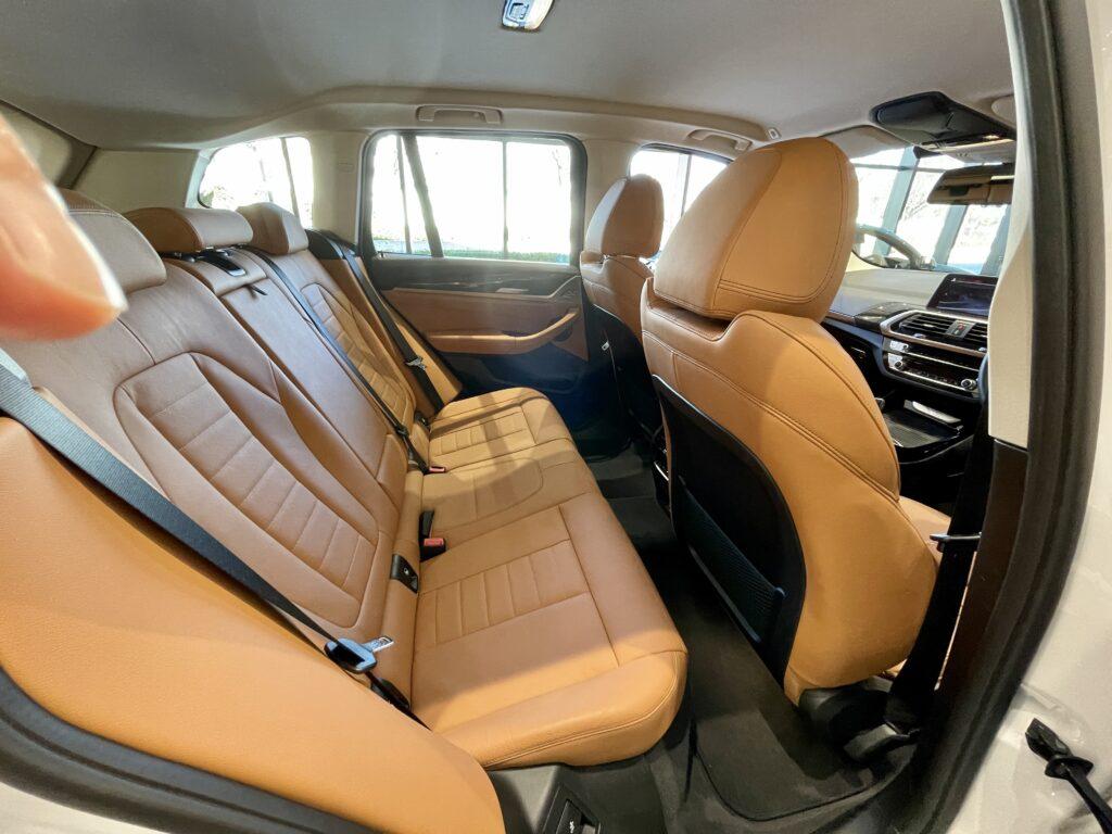 BMW X3の後部座席