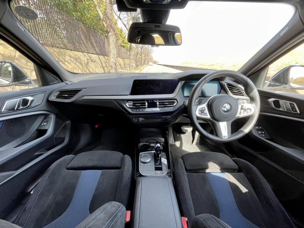 新型BMW M135i xDriveの内装 前席全映