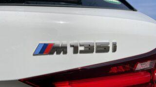 新型BMW M135iの車名ロゴ