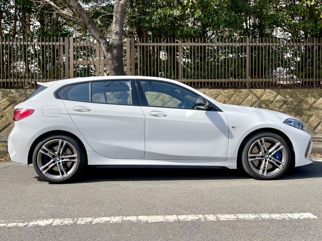 新型BMW M135i xDriveの外装 サイドビュー