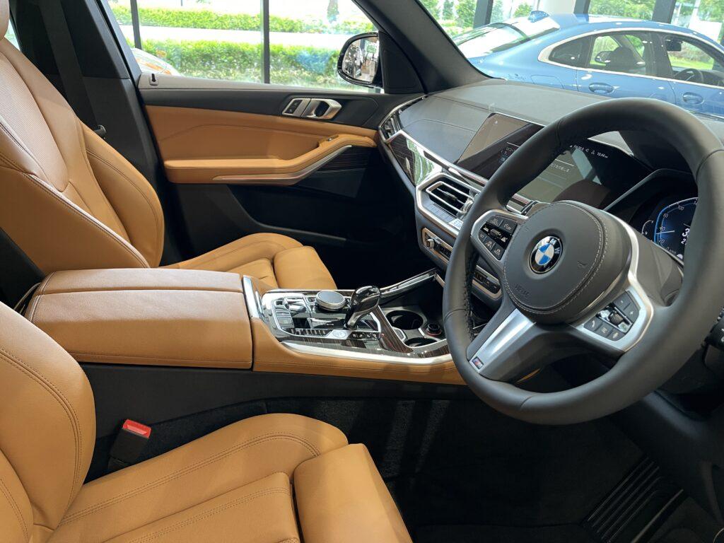 新型BMW X5 M50iの助手席