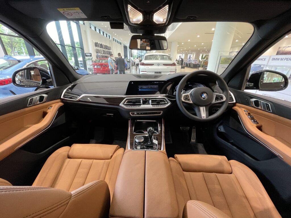 新型BMW X5 M50iの前席全景