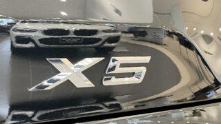 新型BMW X5 M50iの車名ロゴ