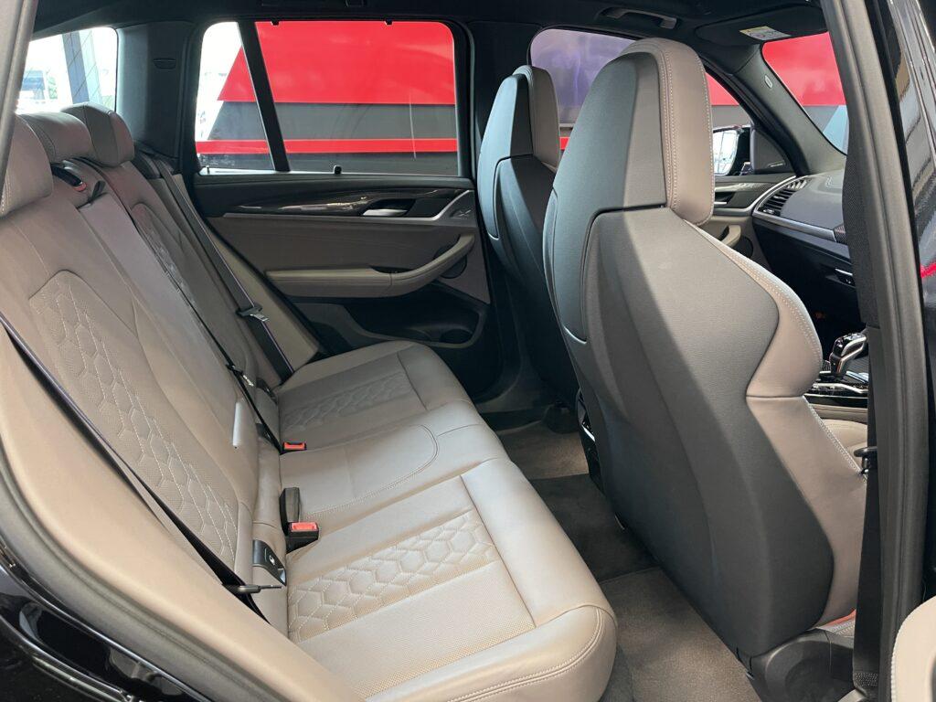BMW X3Mの後部座席